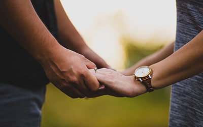 Couple_Hands_ring_400x250_17K